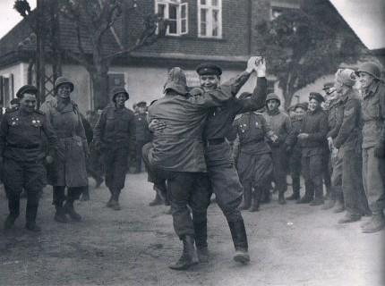 Der Sieges-Twostep. Russische und amerikanische Soldaten tanzen miteinander, als sich ihre Einheiten in einer deutschen Stadt treffen.